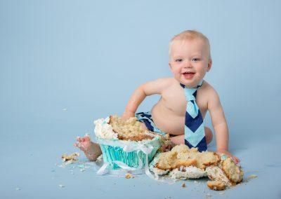 cake_smash_photographer_northampton_blue_tie_Miranda_Walton_Photography