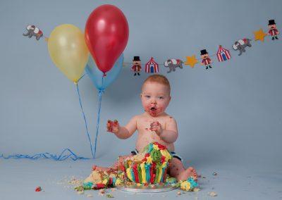 cake_smash_photographer_northamptonshire_circus_balloons_Miranda_Walton_Photography